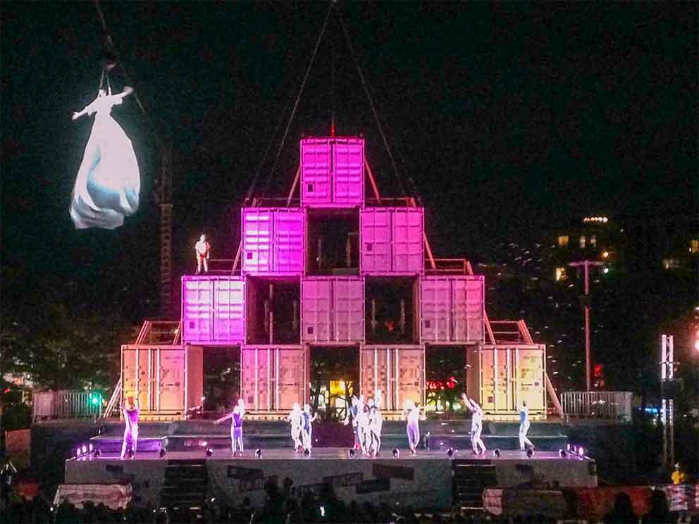 Installations des conteneurs - Montréal Complètement Cirque 2017